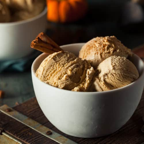 What more could you want in a fall dessert?! #pumpkinfrozenyogurt