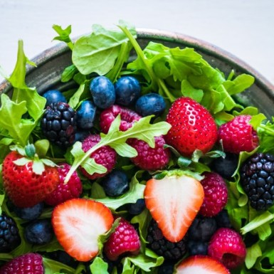 This super easy berry arugula salad is perfect for summer!